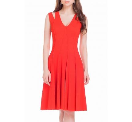 Сукня червоного кольору з зовнішніми швами